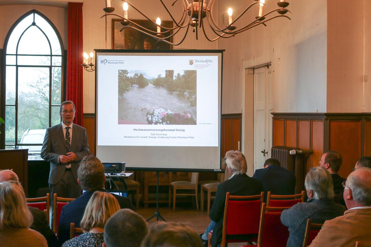 Andreas Geron präsentiert das Hochwasserschutzkonzept