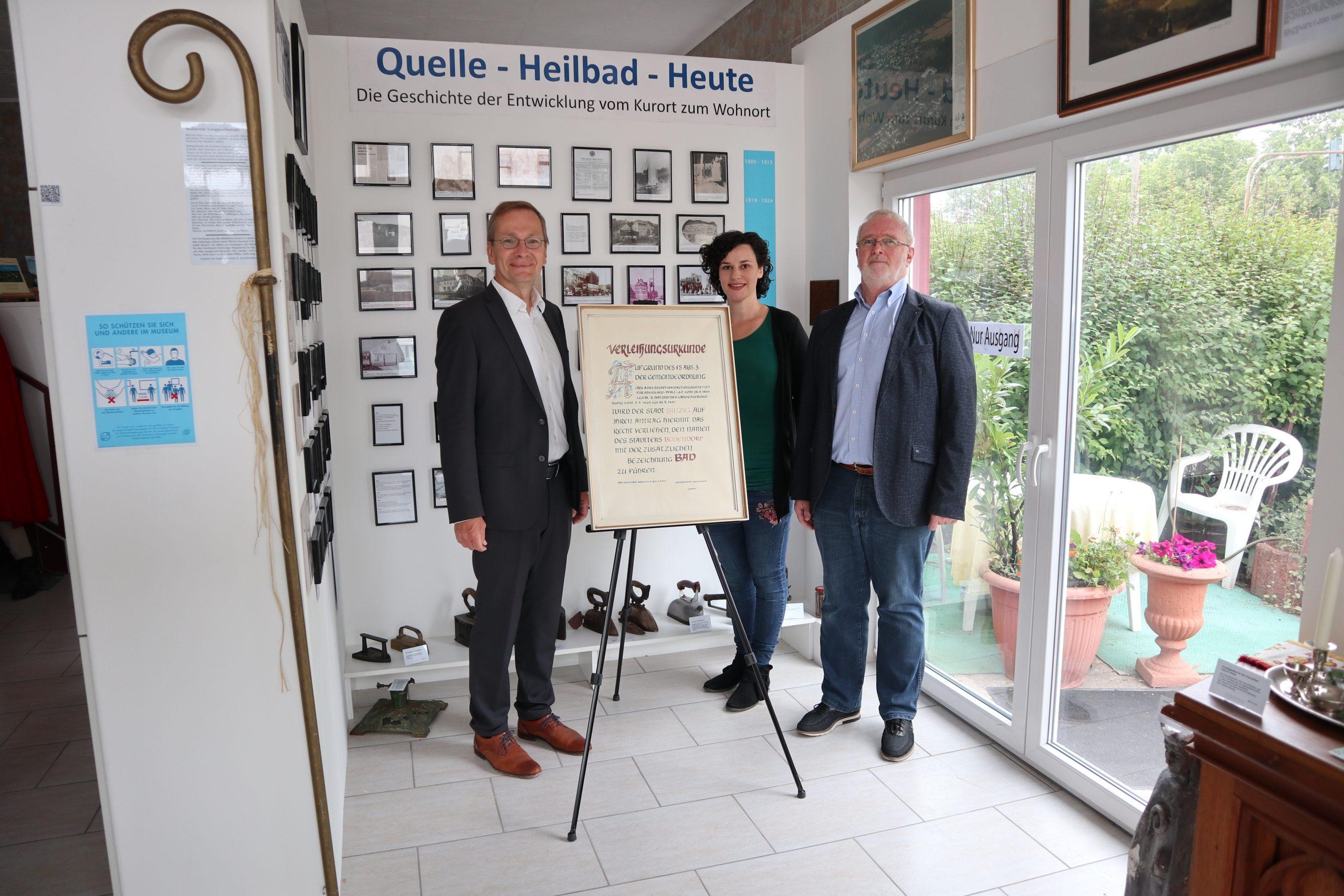 Übergabe der Urkunde zur Verleihung des Bad-Titels im Heimatmuseum Bad Bodendorf